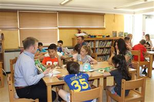 Dr. Seinfeld in Roosevelt library with second graders