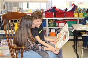 parent volunteer reads